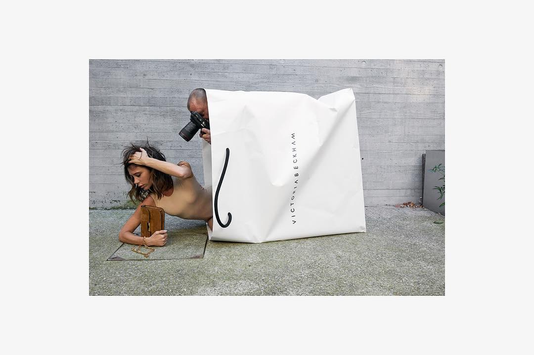 Виктория Бекхэм воссоздала культовую фотосессию в пакете в честь бизнес-юбилея